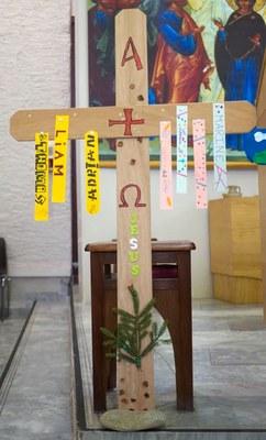 ...confectionne une croix...