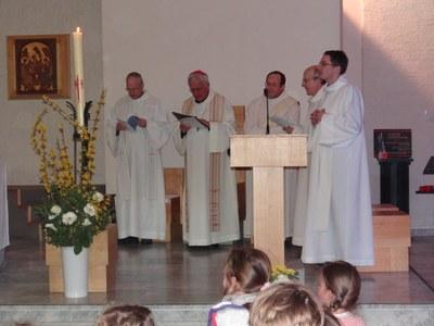 Prêtres et diacre entourent notre évêque.