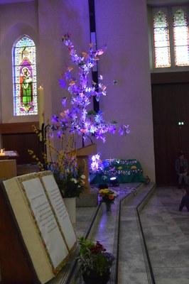 """A l'église, l'arbre est maintenant """"habillé""""..."""